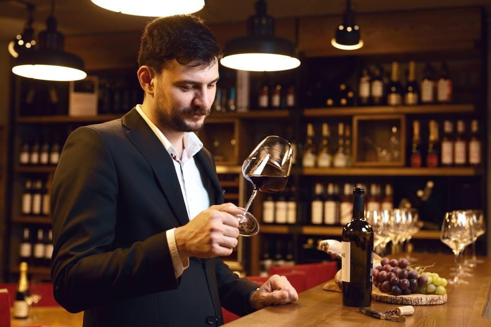 Rotirea vinului în pahar