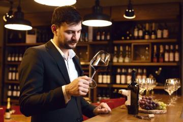 Вращение вина в бокале